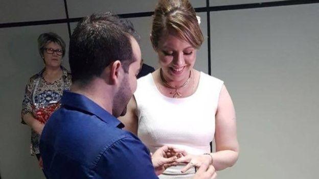 Letícia disse que Guilherme foi um dos principais motivos para desistir do suicídio assistido. O casal se casou pouco após se reencontrar (Foto: Arquivo pessoal via BBC)