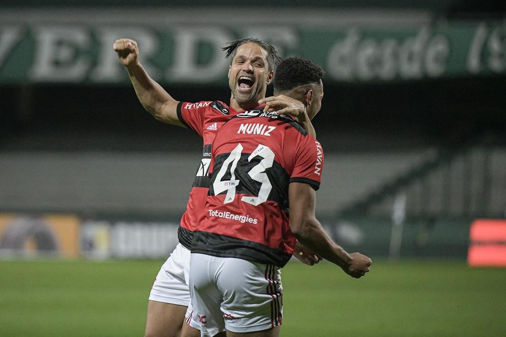 Diego comemora gol de Rodrigo Muniz contra o Coritiba, pela Copa do Brasil — Foto: Alexandre Vidal/Flamengo
