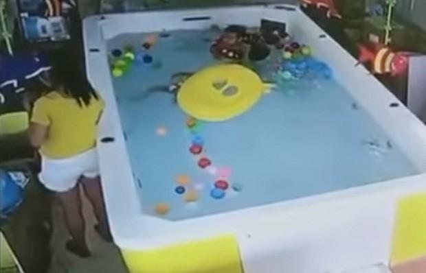 Criança se afoga após virar boia enquanto mãe mexe no celular (Foto: Reprodução/Youtube)