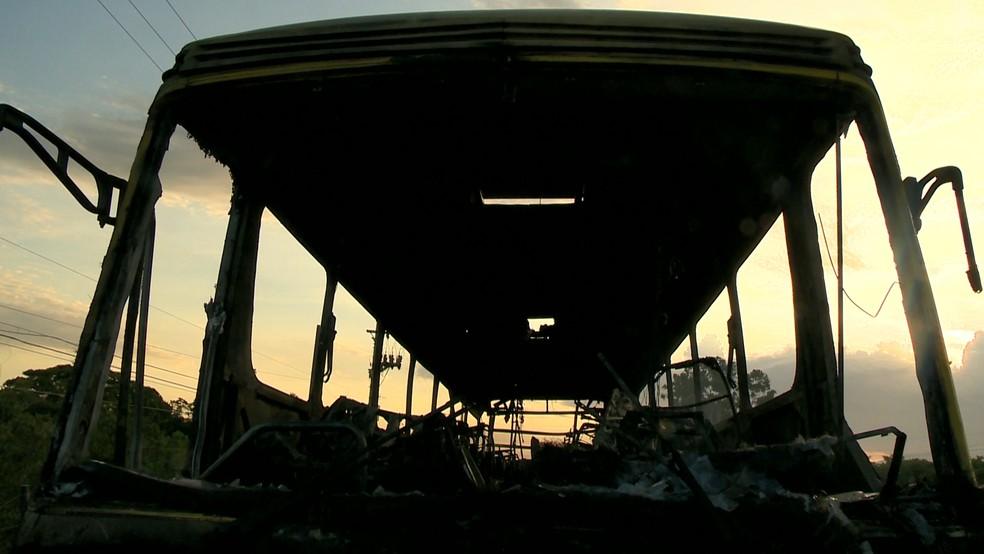 Incêndio destrói ônibus, na rodovia do Sol, no ES  — Foto: Reprodução/ TV Gazeta