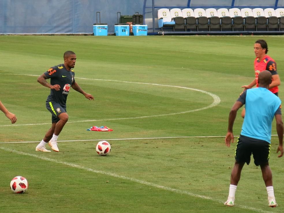 Douglas Costa no treino desta terça: recuperado e liberado pela preparação física para treinar com o grupo (Foto: Edgard Maciel de Sá)