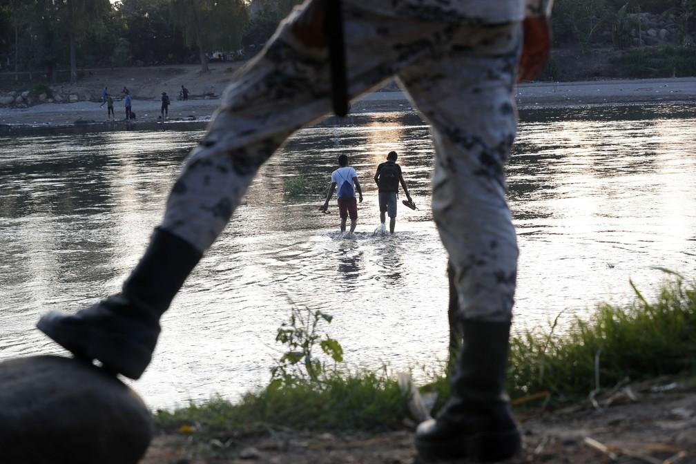 Soldado mexicano vigia migrantes de Honduras que tentaram chegar ao México pelo rio Suchiate, na fronteira com a Guatemala, em foto de 2020 — Foto: Marco Ugarte/AP Photo