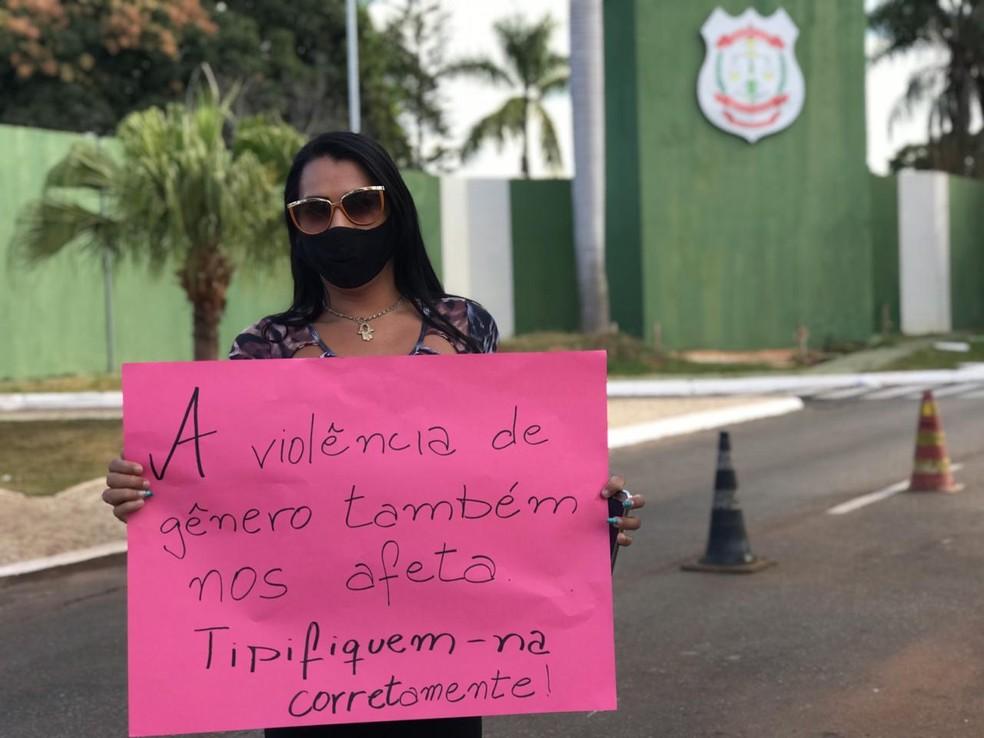 Após funcionário do Itamaraty atear fogo e agredir transexual, manifestantes pedem respeito às mulheres vítimas de violência de gênero no DF — Foto: Afonso Ferreira/G1