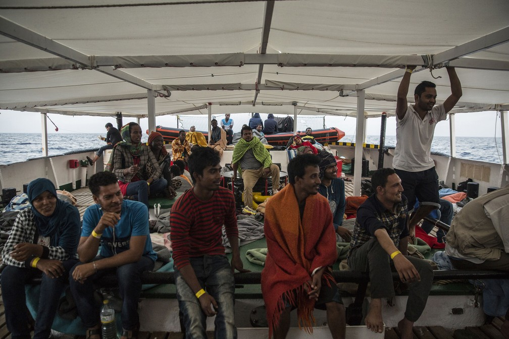Imigrantes resgatados no Mar Mediterrâneo à bordo do navio Open Arms (Foto: Olmo Calvo / AFP)
