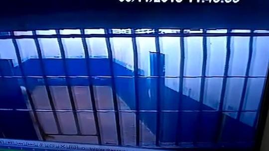 Polícia prende agentes prisionais suspeitos de passar drogas e celulares a detentos, em Aragarças