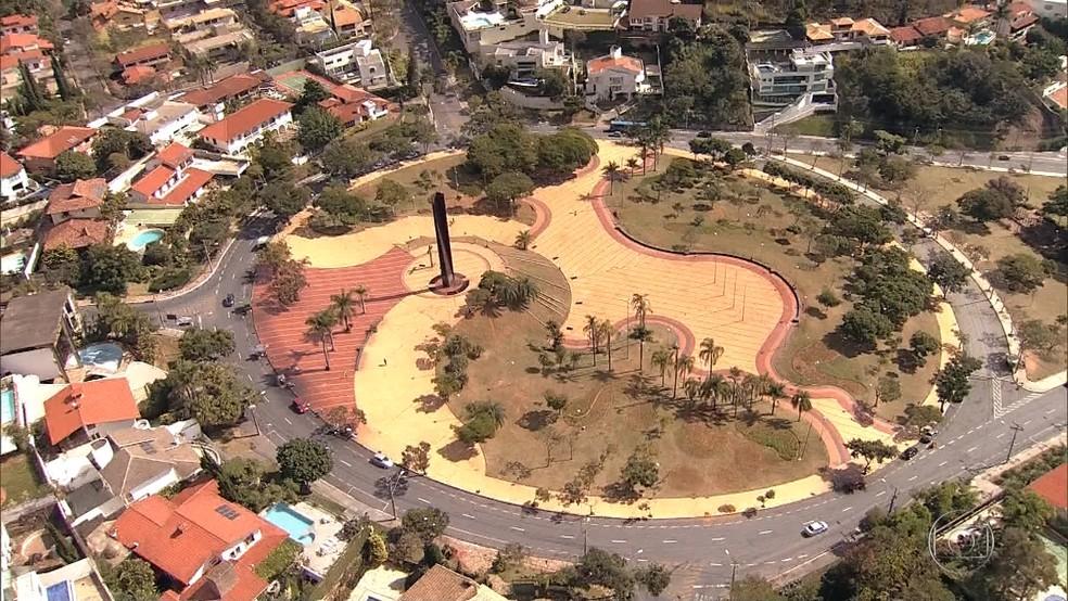 Praça do Papa oferece um belo horizonte aos pés da Serra do Curral (Foto: Reprodução/TV Globo)