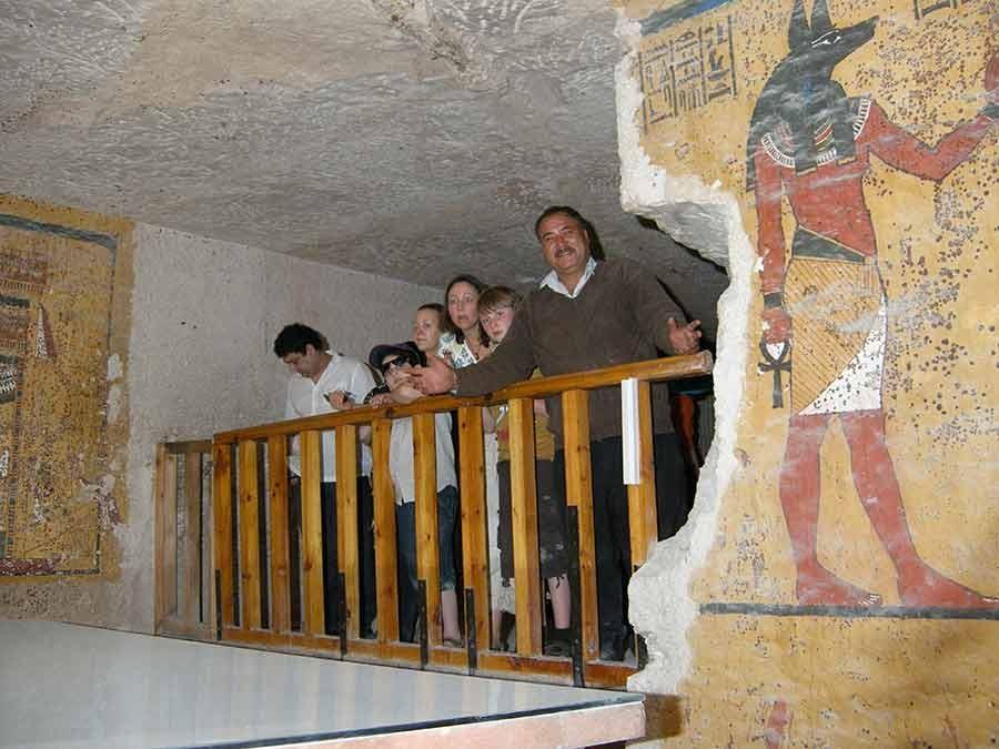 Agora os visitantes só podem ver a múmia de uma plataforma dentro da tumba (Foto: Divulgação/Getty Trust/Stephen Rickerby)