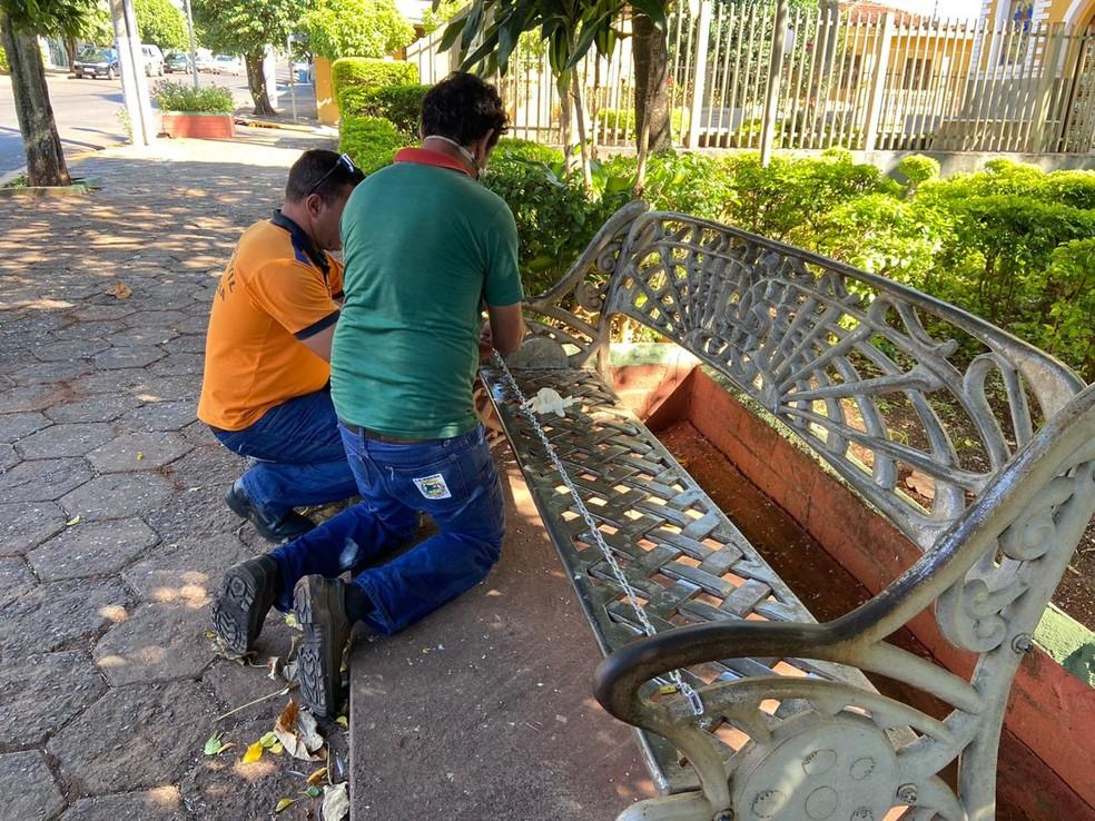 Equipe acorrentou os bancos nesta quarta-feira em Boraceia  — Foto: Alisson Negrini / TV TEM
