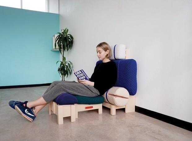 Com as costas apoiadas, a pessoa pode se sentar sobre o acolchoamento na poltrona Basic Besk  (Foto: Deezen/ Reprodução)