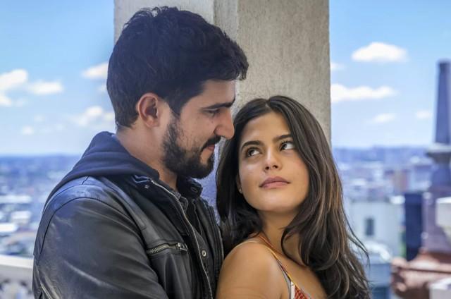 Renato Góes e Julia Dalavia em 'Órfãos da terra' (Foto: TV Globo)