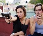 Alice Braga e Jon-Michael Ecker em 'A rainha do sul'   Reprodução