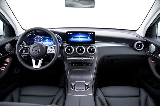 Cabine do GLC conta com a nova assistente pessoal Mercedes e painel digital (Foto: Divulgação)