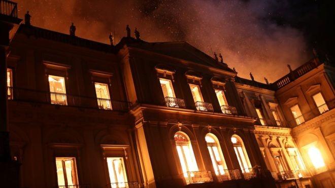 Museu Nacional do Rio pegou fogo na noite de domingo (Foto: Getty Images via BBC)