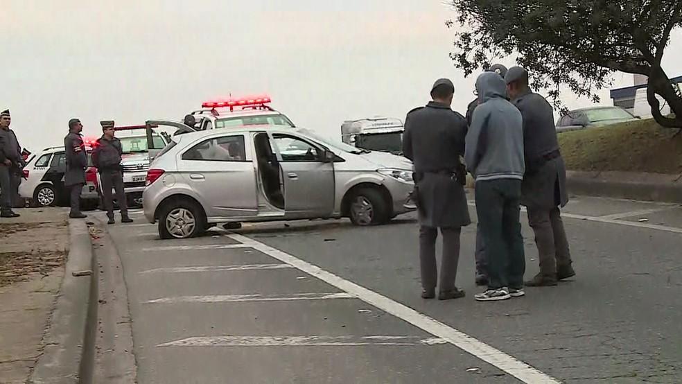 Homens são baleados em Guarulhos após perseguição a carro roubado (Foto: Reprodução/TV Globo)