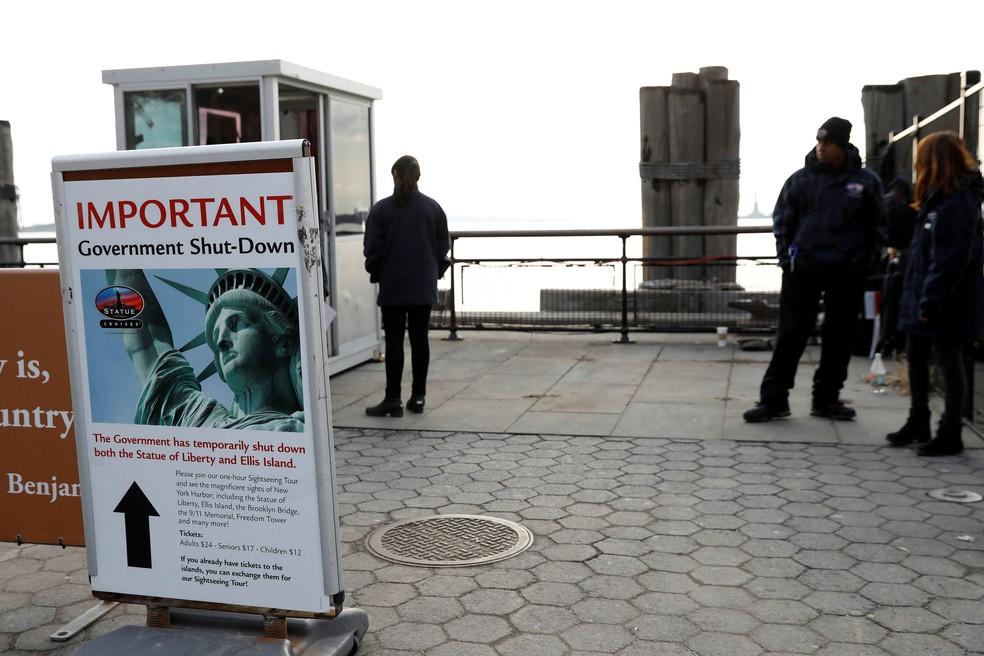 Placa anuncia suspensão das visitas à Estátua da Liberdade, no domingo (21), por conta da paralisação nas atividades públicas imposta pelo bloqueio do orçamento  (Foto: Shannon Stapleton/ Reuters)