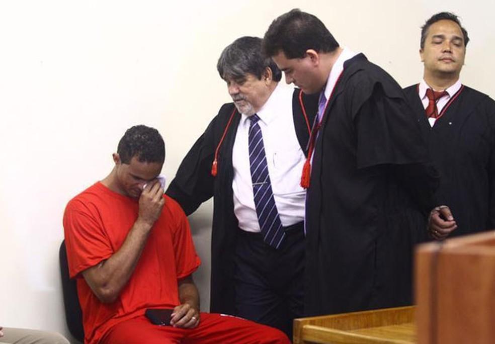 Advogados observam enquanto o goleiro Bruno chora durante sessão no Fórum de Contagem — Foto: Pedro Triginelli/G1