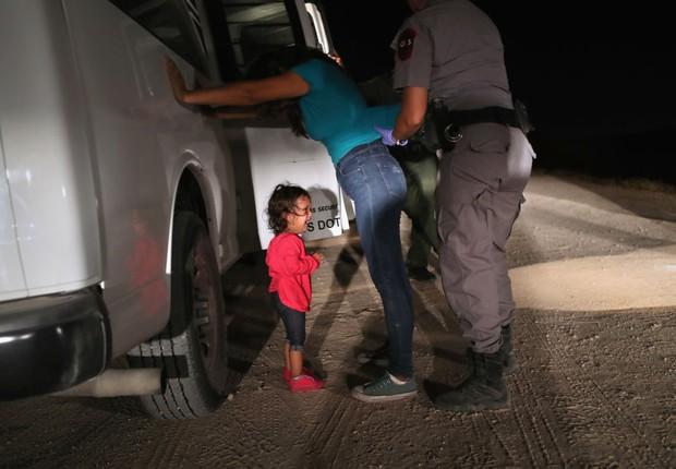 Criança de dois anos de Honduras chora enquanto sua mãe é revistada e detida perto da fronteira entre os EUA e o México em 12 de junho de 2018, em McAllen, Texas. (Foto:  John Moore/Getty Images)
