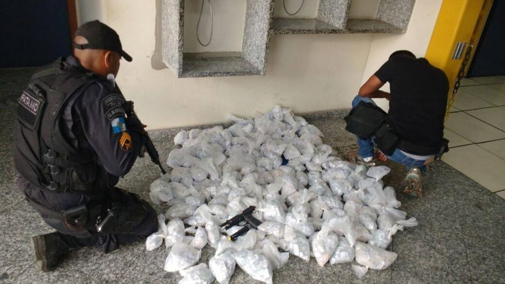 Cocaína foi encaminhada para a delegacia de Cabo Frio, no RJ (Foto: Divulgação/PM)
