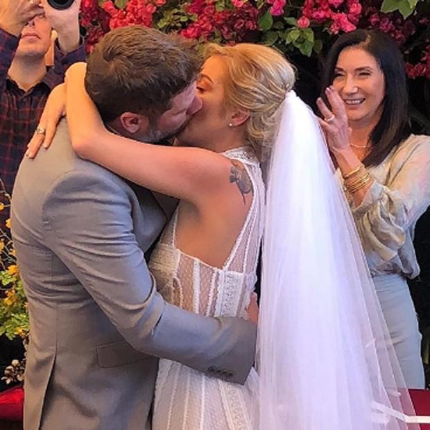 Zizi Possi vibra com beijão de Luiza Possi e Cris Gomes (Foto: Reprodução/Instagram)