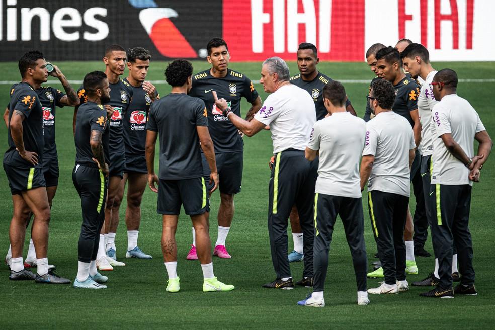 Tite conversa com os 10 jogadores titulares de linha para o amistoso com a Colômbia — Foto: Pedro Martins/Mowa Press
