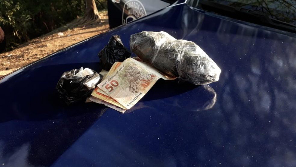 Drogas e dinheiro foram apreendidos com o menor de idade em Limeira (Foto: Wagner Morente/GCM de Limeira)