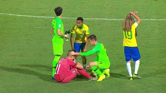 Atletas do Brasil consolam os jogadores da Itália após a classificação no Mundial Sub-17
