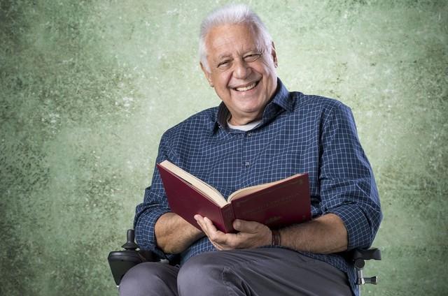 Dono da Editora Prado Monteiro, Alberto (Antonio Fagundes) é um homem prático, autoritário e ranzinza. Com uma doença terminal, ele vê a sua vida mudar após tornar-se amigo de Paloma (Foto: TV Globo)