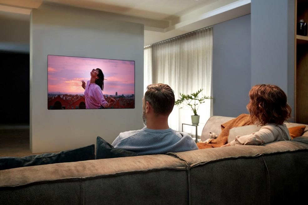 Modelo GX promete ficar bem próximo à parede, e traz espessura de 20 mm como diferencial em relação às outras TVs OLED — Foto: Divulgação/LG