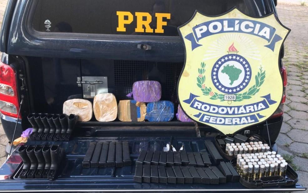 PRF apreende fuzis, pistolas, espingardas, munição e pasta-base de cocaína na BR-060, em Guapó, Goiás — Foto: PRF/ Divulgação