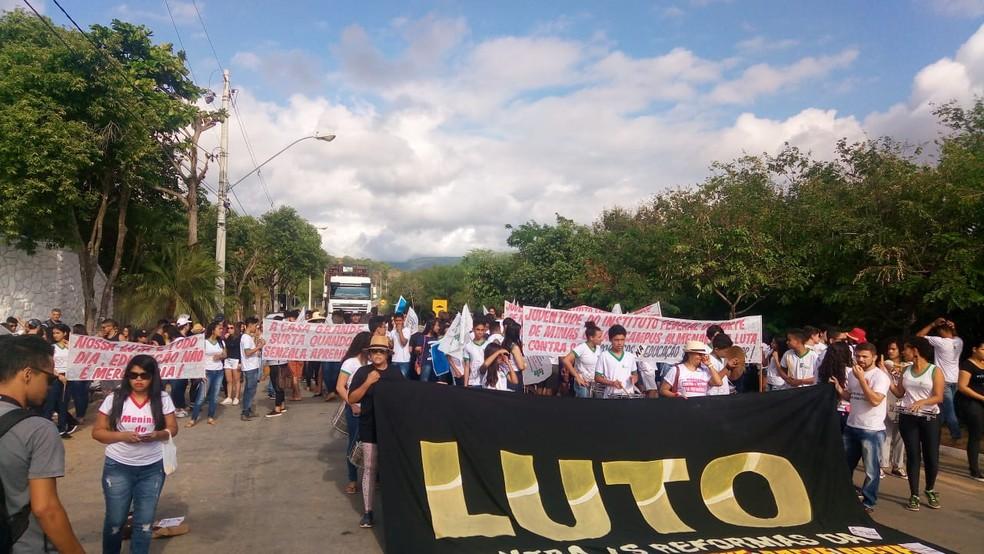 Em Almenara, protesto começou com interdição da BR-367, seguido de passeata por diversos pontos da cidade — Foto: IFNMG/Divulgação