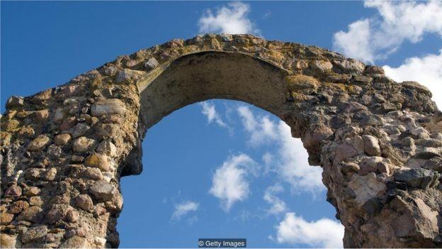 Os romanos criaram uma argamassa de cal e rocha vulcânica duradoura - e que não libera gases de efeito estufa  (Foto: Getty Images/via BBC News Brasil)