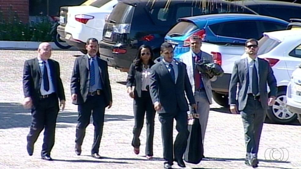 Agentes da PF deixando o Palácio Araguaia (Foto: Reprodução/TV Anhanguera)