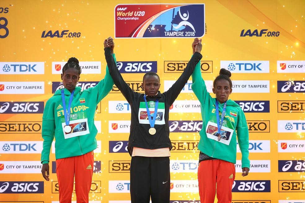 Girmawit Gebrzihair (à direita) no pódio dos 5.000m do Mundial de Atletismo Sub20 (Foto: Charlie Crowhurst/Getty Images for IAAF)