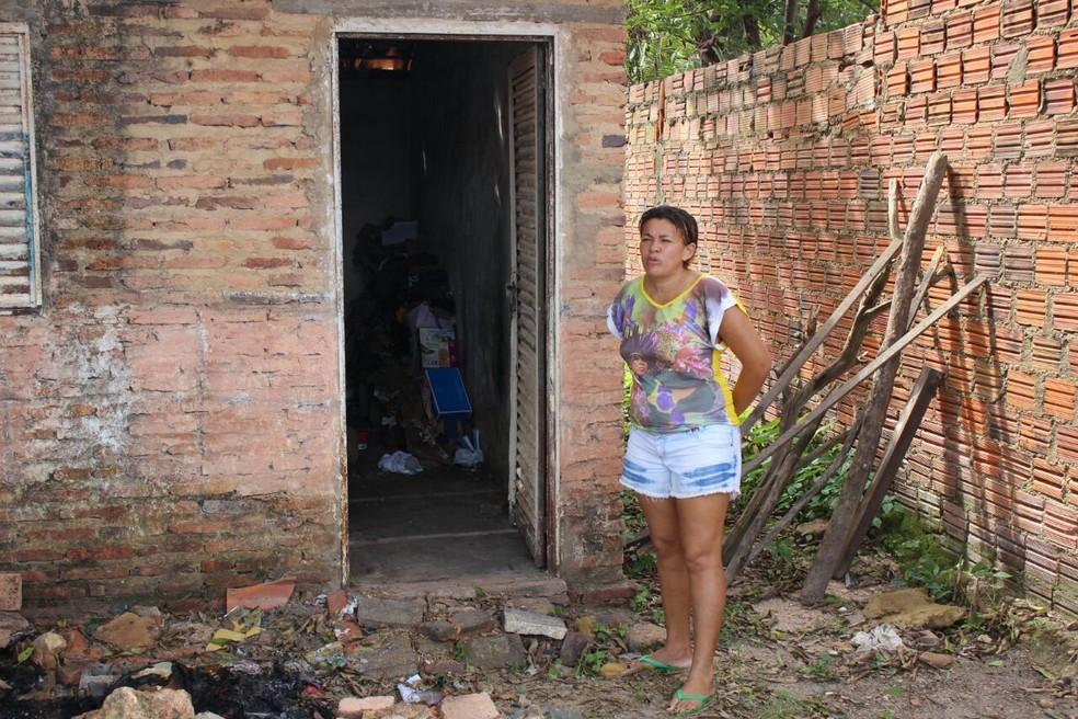 A vizinha Denise contou ao G1 que encontrou Maria do Carmo deitada no chão da casa, enrolada com folhas de papelão (Foto: Junior Feitosa/ G1)