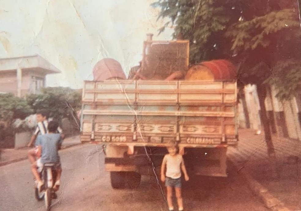 Rogério Vian (centro) ao chegar em Mineiros, Goiás, em 1979 — Foto: Arquivo pessoal