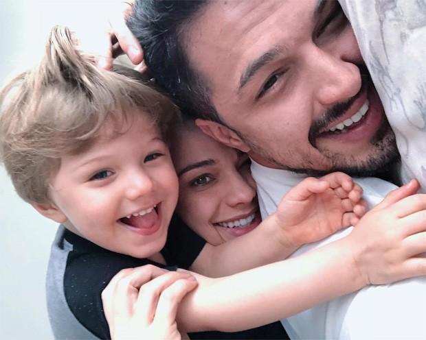 Rômulo Estrela com a mulher, Nilma Quariguasi, e o filho do casal, Theo (Foto: Reprodução/Instagram)