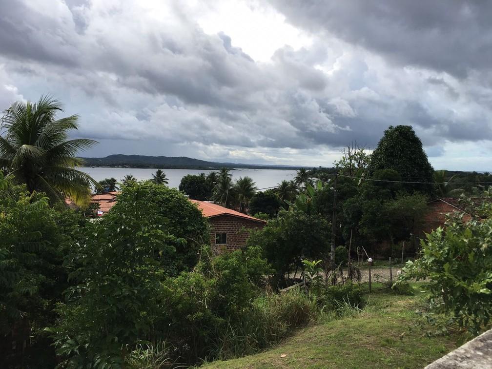 Vila de Matarandiba fica a cerca de 1km do local onde a cratera surgiu — Foto: Alan Oliveira/G1