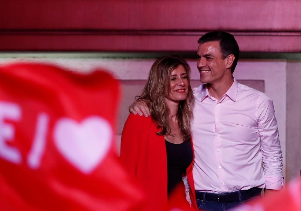 Pedro Sánchez comemora com sua mulher, Begona Gomez, a vitória nas eleições na Espanha — Foto: Sergio Perez/Reuters
