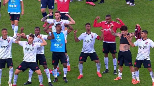 Jogadores do Athletico-PR provocam Flamengo com cheirinho