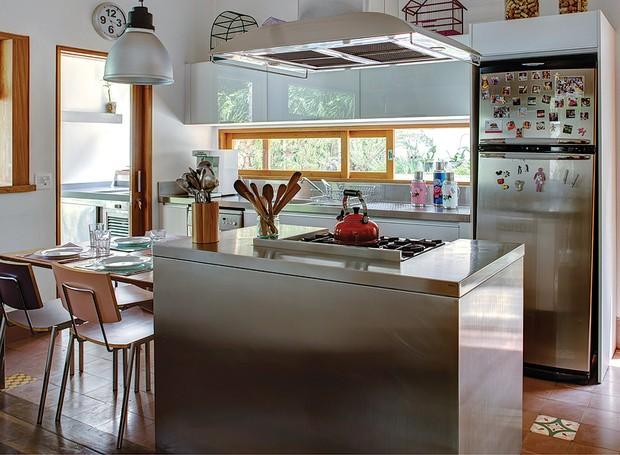 Na cozinha ampla e iluminada, o material dos armários e da ilha central é de aço inox. Projeto é assinado pelo arquiteto Jorge Siemsen (Foto: Edu Castello/Editora Globo)