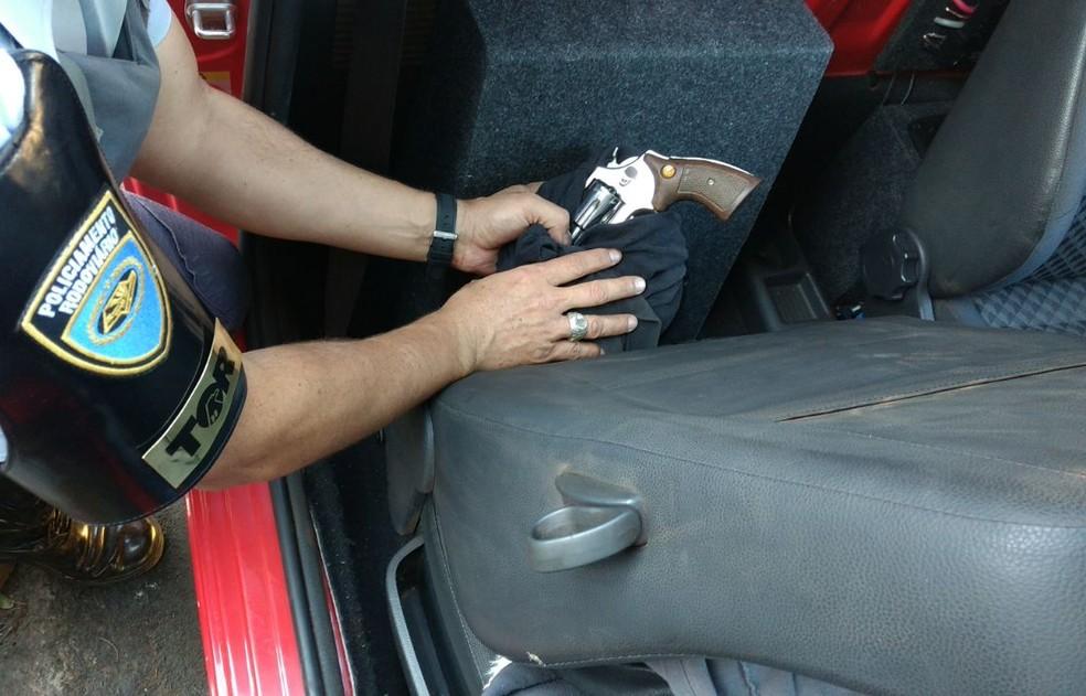 Arma estava escondido em uma VW Saveiro abordada em Regente Feijó (Foto: Polícia Militar Rodoviária/Divulgação)