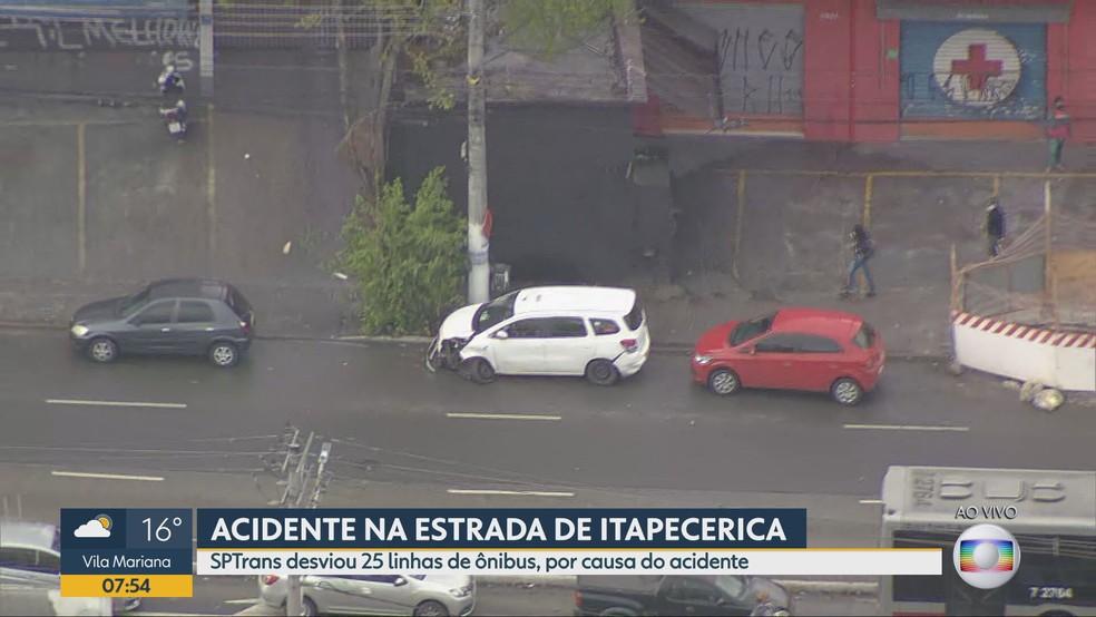 Carro branco colidiu com moto na Estrada de Itapecerica na manhã desta segunda-feira, 30 de agosto — Foto: Reprodução/TV Globo