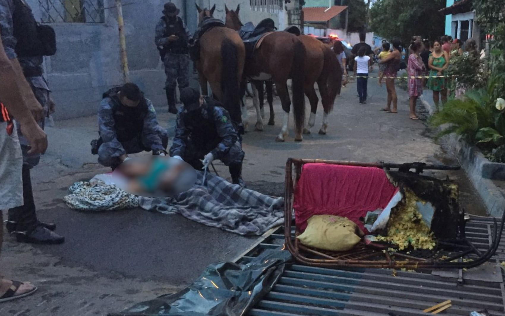 PMs salvam idosa que desmaiou durante incêndio dentro de casa, em Goiânia; vídeo