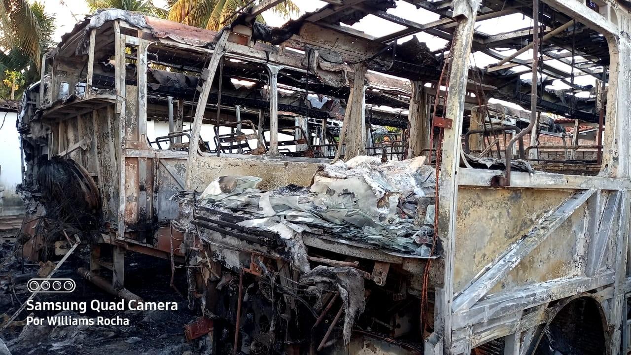 Incêndio destrói três ônibus, carro baú e máquinas da prefeitura de Poço Branco, RN, durante a madrugada