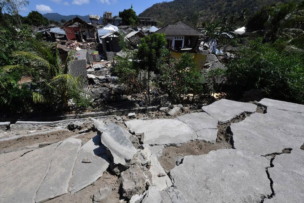 Tremor destruiu imóveis em Pemenang, no norte da ilha de Lombok, na Indonésia    (Foto: Adek Berry / AFP)