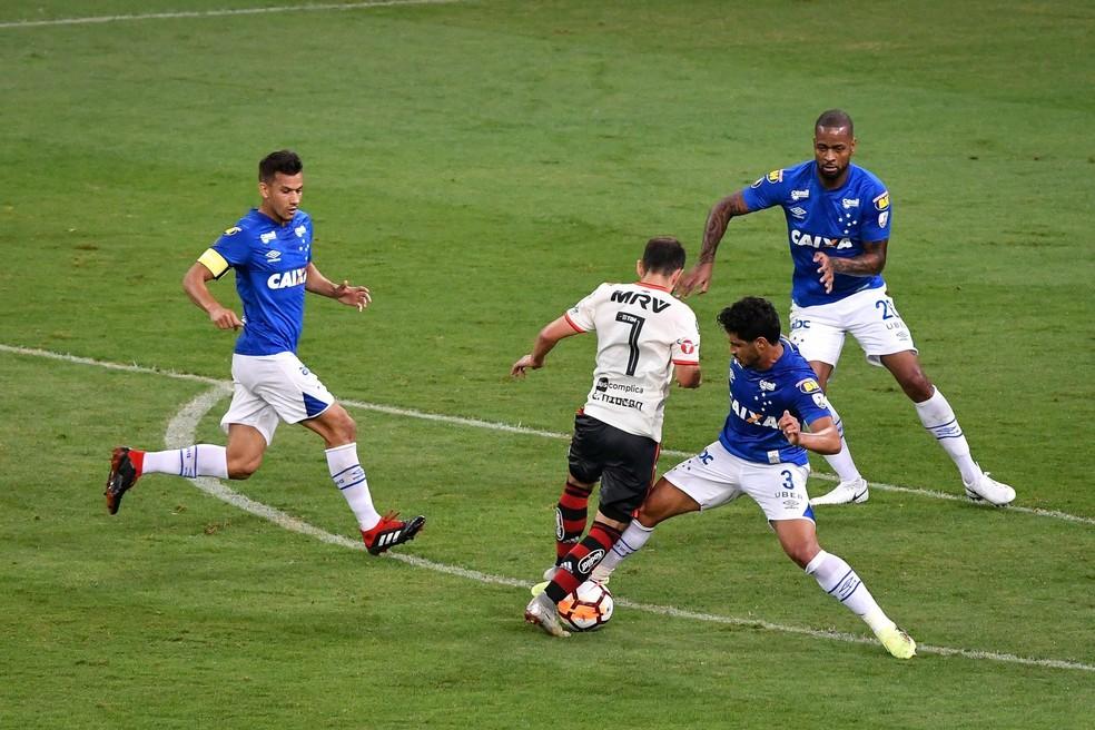 Organizado, sistema defensivo do Cruzeiro ofereceu poucas chances do Flamengo (Foto: Agência i7 / Mineirão)