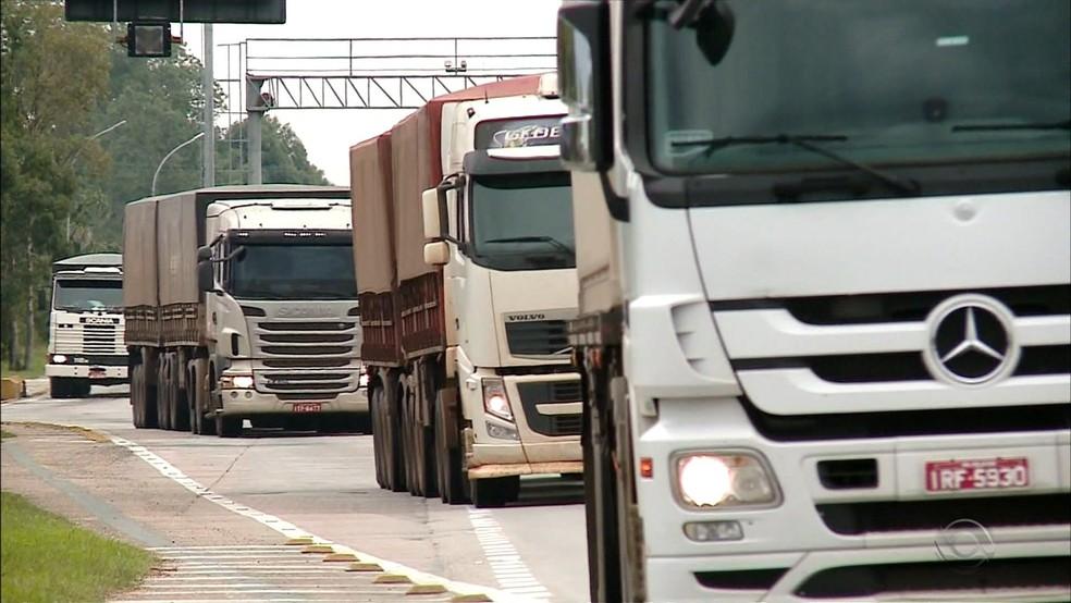 Perda de ritmo da indústria impactou o transporte rodoviário de cargas em novembro, segundo o IBGE  — Foto: Reprodução/RBS TV