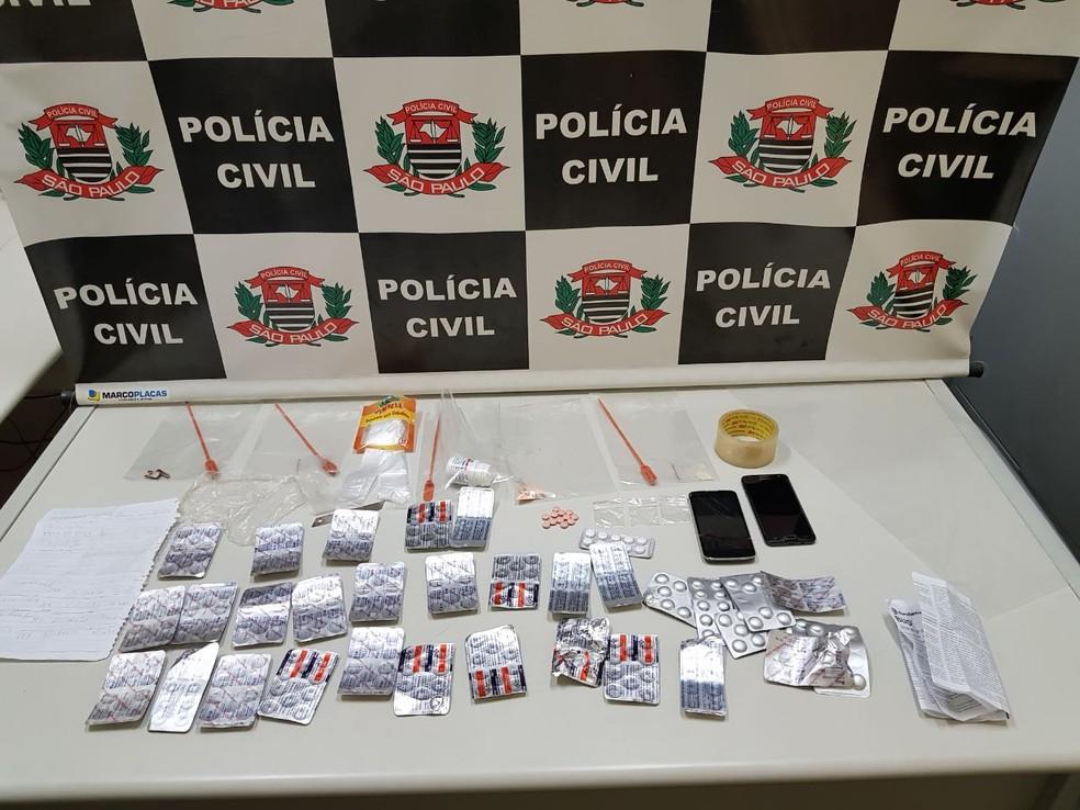 Polícia apreendeu medicamentos que eram misturados com as drogas (Foto: Polícia Civil de São Sebastião da Grama/Divulgação)