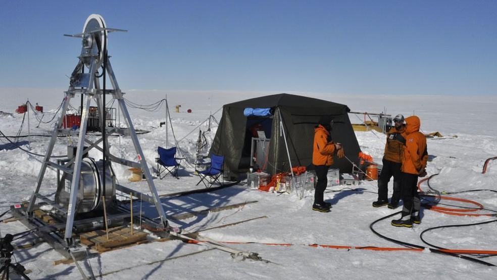 Equipamentos de estudo de pesquisadores britânicos na Antártica — Foto: BBC