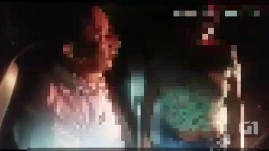 Homem dirigindo bêbado e de cueca tenta vestir bermuda pela cabeça; veja vídeo
